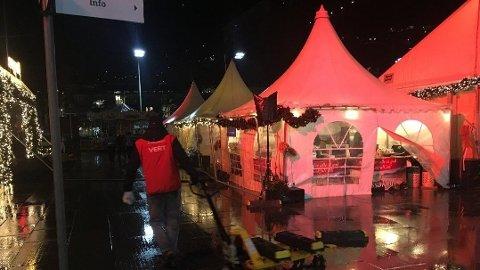MÅTTE STENGE: Julemarkedet i Bergen måtte steng torsdag kveld på grunn av kraftig vind.