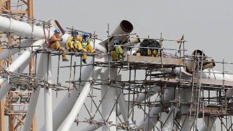 UNDER ARBEID: Bygningsarbeiderne på Al-Wakrah Stadium tar seg en pause.