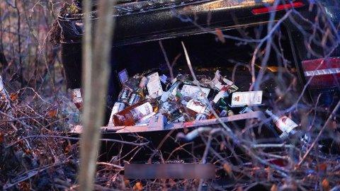 SMUGLET ALKOHOL: Bagasjerommet på bilen var fullt av brennevin.
