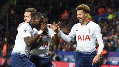 FEIRET FLOTT MÅL: Tottenham-lagkameratene strømmet til for å gratulere Dele Alli etter at hadde doblet bortelagets ledelse.