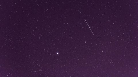 METEORSVERM: Fredag kveld kan du få øye på meteorsvermen Geminidene.