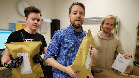 HJEMMELEVERING: Disse ansatte på Clas Ohlson Slependen med butikksjef Fredrik Lerdahl i midten er klare for å pakke og klargjøre varene som blir bestilt lille julaften.