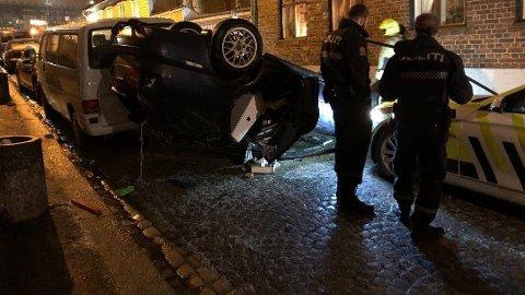BILJAKT: To personer forsøkte å stikke av etter at bilen de kjørte havnet på taket i Værlegata.
