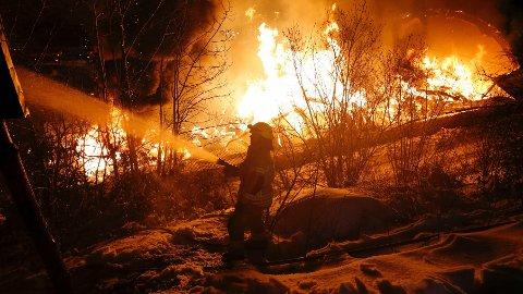 KRAFTIG BRANN: Brannen brøt ut søndag kveld, og brannvesenet rykket ut med store mannskaper.