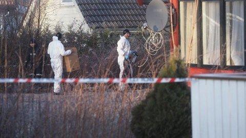 DRAPSETTERFORSKNING: Politiet og krimteknikere er på plass utenfor boligen på Borgenhaugen, fredag klokken 12:30