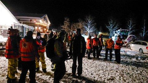 SKULLE SØKE: Hjelpemannskaper er klare for leteaksjon i Tamokdalen i Troms onsdag kveld. Fire personer er savnet i Blåbærfjellet, men på grunn av snøskredfare blir bakkemannskapikke satt inn i søket.