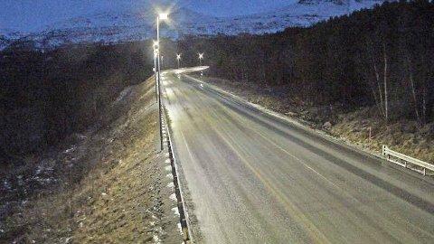 VARMT I NORD: Varm chinookvind feide søndag inn over områdene øst for Lyngsalpene, og det førte til kraftig snøsmelting og bare veier. Bildet er fra Skibotn og E8