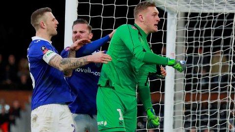 REDDET STRAFFE: Fulham sendte Aleksandr Mitrovic på banen for å ta straffespark i sluttminuttene. Det endte med redning fra danske Daniel Iversen (bildet). Minutter senere scoret Oldham seiersmålet.