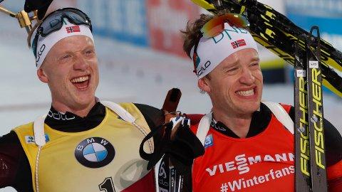 PÅ PALLEN: Både Johannes Thingnes Bø og storebror Tarjei Bø kunne glede seg over pallplass på sprinten torsdag.