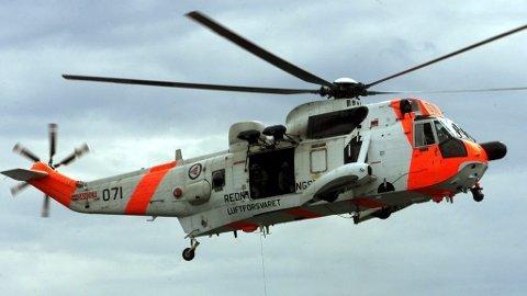 SeaKing-helikopter kommer. Det er gigantisk der det henger rett over hodene våre og fyller det meste av det trange juvet inne ved fossen