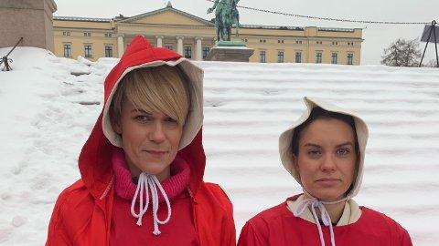 """KOMIKER: Sigrid Bonde Tusvik ikledd kostume som spiller på """"A handmaid's tale"""" på Slottsplassen."""