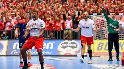 KLASSEFORSKJELL: Danmark og Mads Mensah (foran) utklasset Norge i VM-finalen i håndball søndag.