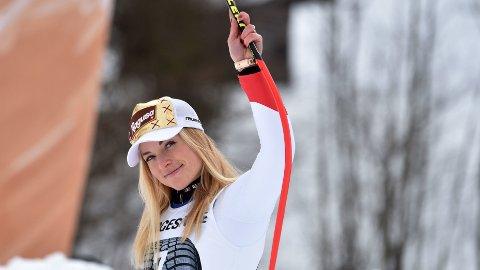 Lara Gut-Behrami hilser til publikum under blomsterseremonien etter Super-G rennet i Garmisch Partenkirchen forrig helg der hun endte på 3. plass.