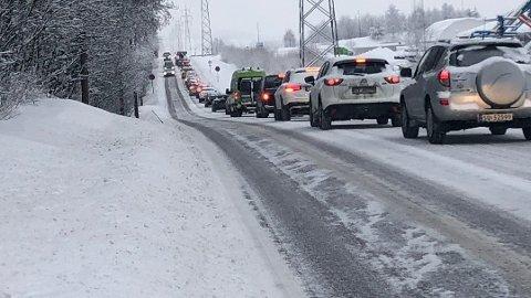 KØ: Trafikken står på Rolf Olsens vei etter at en bil snurret og havnet i motsatt kjørefelt på Leirsundveien.