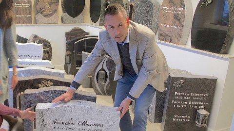 STEINGODE RESULTATER: Marius Lervold er daglig leder hos gravsteinprodusenten, og er godt fornøyd med veksten for Gravstein24.