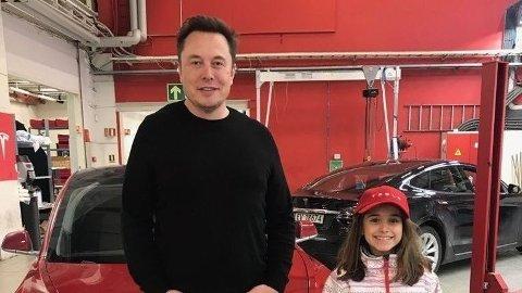 MØTTE MUSK: Ni år gamle Rita Antunes fikk møte Elon Musk på Tesla sitt hovedkontor på Skøyen i dag.