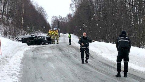 ALVORLIG ULYKKE: Politiet betegner ulykken som alvorlig. Tre personer er skadet.
