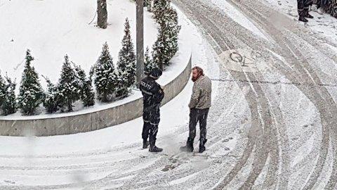 I DIALOG MED POLITIET: Her snakker med skuespilleren med politiet etter ulykken.