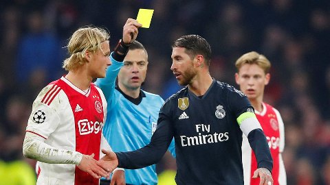 UFLAKS? Sergio Ramos pådro seg gult kort mot Ajax. Nå spekulerer flere i at han gjorde det med vilje for å være klar til eventuell kvartinale.