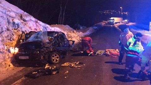 ALVORLIG SKADD: Tre personer er alvorlig, men ikke livstruende skadd i en kollisjon mellom et vogntog og en personbil på E10 vest for Bjerkvik i Nordland fredag ettermiddag.