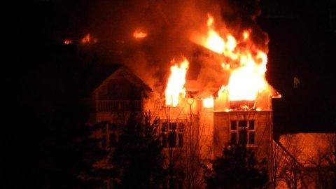 BRENNER KRAFTIG: En person er funnet omkommet etter den kraftige brannen.