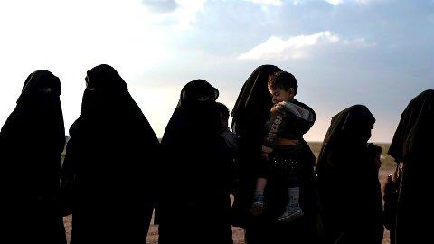 Kvinner og barn som er hentet ut av de siste IS-områdene øst i Syria. Det er omkring 30 norsk kvinner og menn i Syria og 40 barn. Mange er internert i leire som ligger i Irak, Syria og de kurdiskstyrte områdene i Tyrkia.