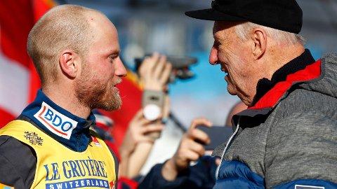 KONGEMØTE: Martin Johnsrud Sundby fikk gratulasjoner av kong Harald etter karrierens første individuelle gull.