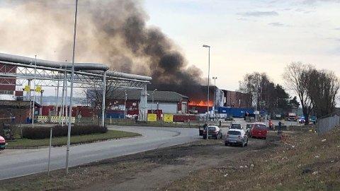 BRANN I LAGERBYGG: Like etter klokken 16.00 begynte det å brenne kraftig i et lagerbygg i Østfold