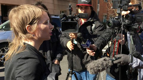 Chelsea Manning møter pressen utenfor rettssalen i Alexandria i Virginia 5. mars. Foto: Matthew Barakat / AP / NTB scanpix