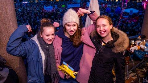Ellisiv Aure, Ea Othilde Baklund og Ella Fyhn var blant appellantene under markeringen av den internasjonale kvinnedagen på Youngstorget i Oslo fredag. De høstet applaus for sitt oppgjør med sexisme i skolen. Foto: Håkon Mosvold Larsen / NTB scanpix