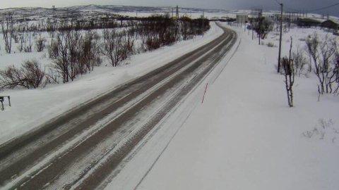 SNØDEKT: Slik ser veien ut langs E6 i Varangerbotn i Finnmark litt over klokken 12 lørdag.