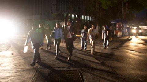 STRØMBRUDD: 22 av 23 provinser i Venezuela ble mørklagt torsdag, ifølge opposisjonsleder Juan Guaidó. Nå skal flere ha dødd som følge av strømbruddet.