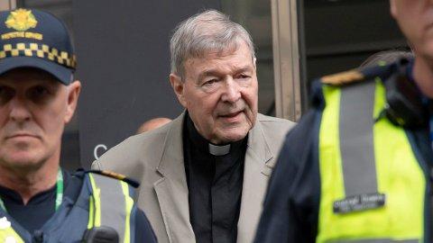 Kardinal Pell på vei til domstolen i Melbourne før straffeutmålingen onsdag.