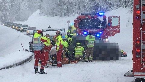 FRONTKOLLISJON: Fem personer var involvert i en frontkollisjon på E134 på Meheia ved Nedre Jerpetjønn.