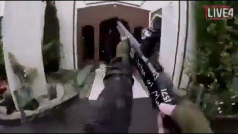 Et stillbilde fra videoen som skal vise drapshandlingen i Christchurch på New Zealand. Kripos bekrefter mandag at de følger opp tips om nordmenn som har delt denne videoen.