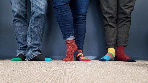 I dag er den internasjonale dagen for Downs syndrom. Vi i nettpatruljen har tatt på oss ulike sokker for å vise at vi slår et slag for menneskers likeverd og rettigheter. #rockesokk, skriver Kripos på Facebook.