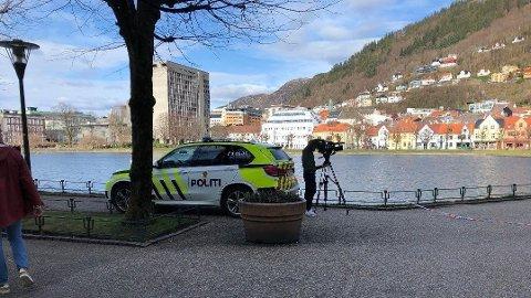 Politiet rykket søndag ut til Smålungeren etter at forbipasserende oppdaget en død mann i vannet.
