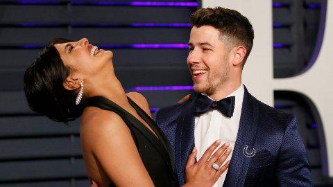 NYTT LIV: I et nytt intervju snakker skuespillerstjernen Priyanka Chopra ut om det nye livet som kona til popsangeren Nick Jonas. Her er ekteparet avbildet under Vanity Fair-utdelingen tidligere i år.