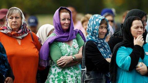 Newzealandske kvinner bærer hodesjal i solidaritet for muslimene som ble brutalt skutt og drept i Christchurch forrige uke.