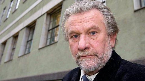 Den tidligere NRK-stjernen Hans-Wilhelm Steinfeld er kalt inn som vitne av John Christian Elden i en utvisningssak mot det PST mener er en bombedømt russisk islamist.