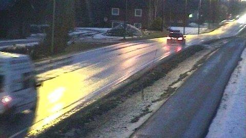 Vegtrafikksentralen Øst advarer mot glatte veier i Oslo etter at deres entreprenører utførte støvdempende tiltak natt til fredag. Illustrasjonsfoto.