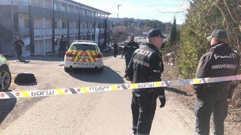 ÅSTEDET: Politiet utenfor leiligheten hvor mannen skal ha utbrutt at han drepte kvinnen i 30-årene.