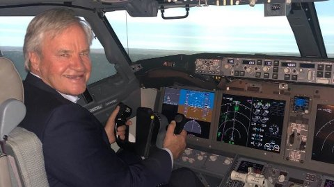 IDIOTSIKKERT: Norwegian-sjef Bjørn Kjos tok turen til en flysimulator onsdag og testet Boeing 737 MAX 8-flyenes nye programvare.