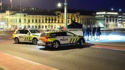 MASSESLAGSMÅL: Rundt 15 ungdommer var involvert i et masseslagsmål i Drammen sentrum, fredag kveld.