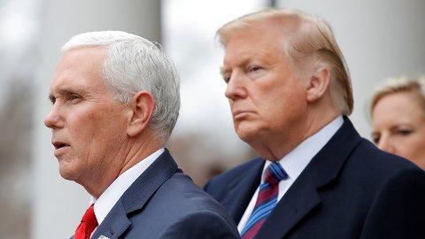NYE SANKSJONER: Visepresident Mike Pence (t.v) kunngjorde de nye sanksjonene fredag. Målet er å hindre Venezuelas president fra å kunne eksportere landets olje.