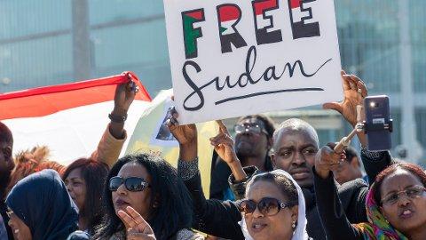 STOR DEMONSTRASJON: Lørdag samlet flere tusen mennesker seg utenfor presidentpalasset i hovedstaden i Sudan, Khartoum i det som trolig er den største demonstrasjonen mot presidenten siden protestene startet.