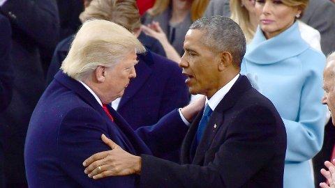 Donald Trump knuser Barack Obama i ny måling. Her er de avbildet sammen under innsettelsesseremonien til Trump 20. januar 2017.