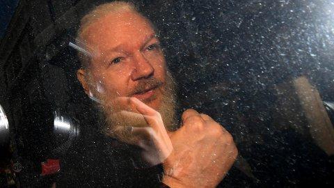 BLE TVUNGET: WikiLeaks-gründeren Julian Assange ble tvunget inn i en politibil utenfor Ecuadors ambassade i London.