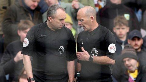 OMGJORT: Mike Dean (til høyre) dømte først straffe til Cardiff mot Burnley, men etter en prat med sin assistent omgjorde han avgjørelsen.