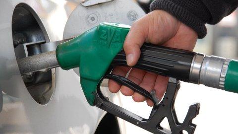 DYRT I PÅSKEN: Det kan bli kostbart å fylle drivstoff i påsken.